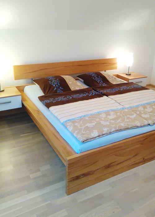 Doppelbett mit Rückenlehne und Nachttisch